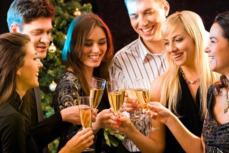 Четыре девушки и два парня с бокалами шампанского