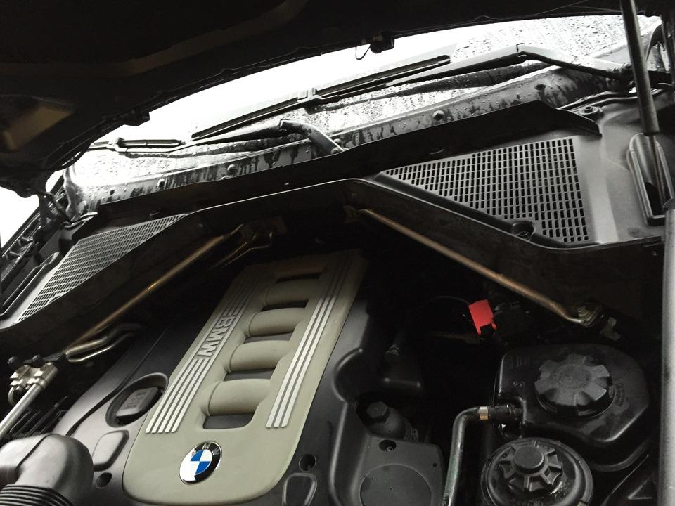 Моторный отсек BMW: специальные перегородки для защиты двигателя